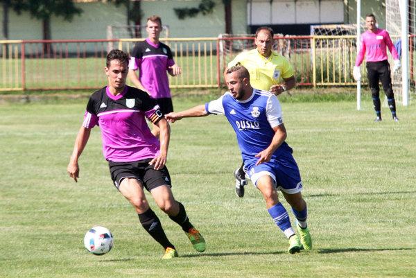 Súboj kapitánov - zľava Tomáš Hlavna a Mehdi-Karim Guemache. Šaľan otváral skóre zápasu.
