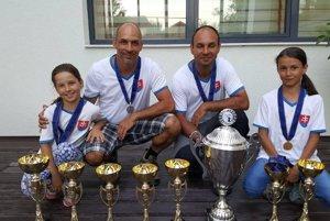 Všetky získané trofeje na ME, ktoré sestry vyhrali spolu s otcom a strýkom.