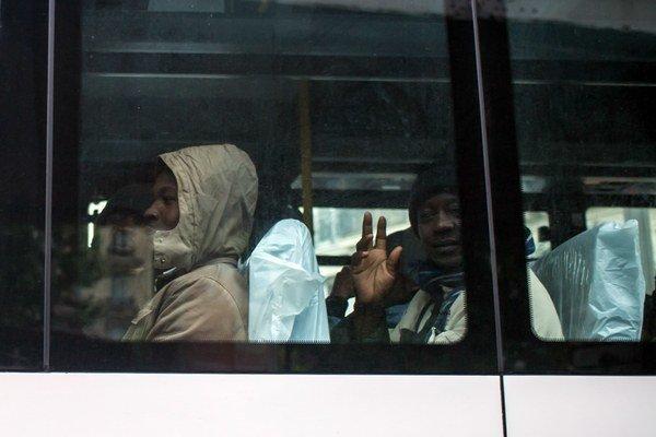 Utečenci v autobuse.