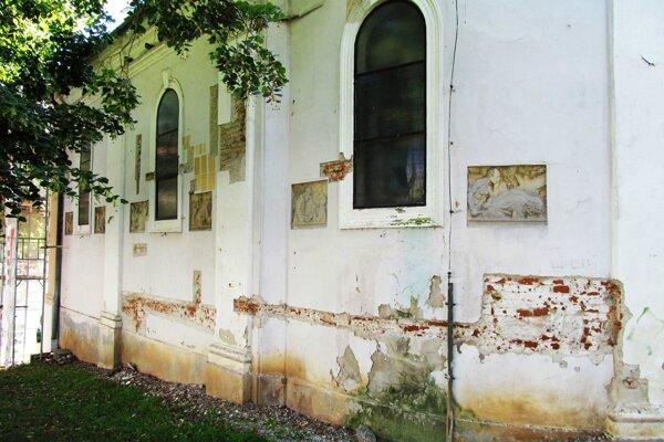 Bočná stena kostolíka na Vŕšku.