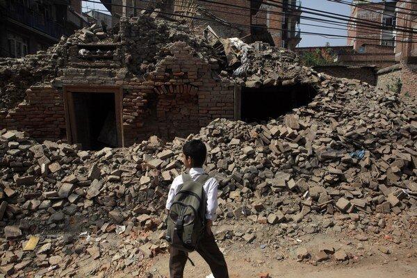 Tisíce nepálskych detí sa v nedeľu vrátili do škôl.