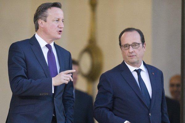 Britský premiér David Cameron (vľavo) a francúzsky prezident Francois Hollande.