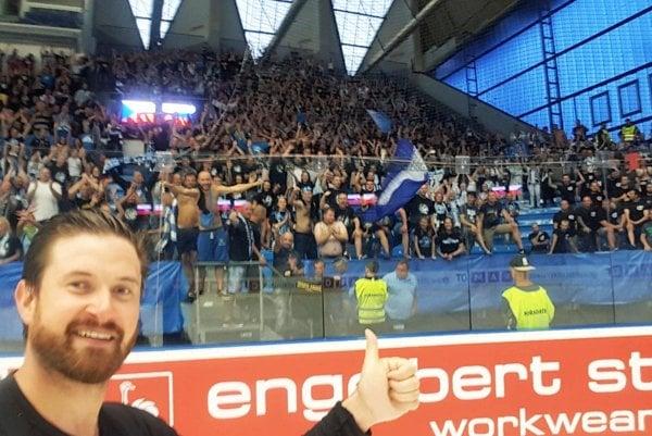 Brankár Michal Valent ďakuje fanúšikom Nitry za podporu v Plzni. Na ľade patril opäť k najväčším oporám.