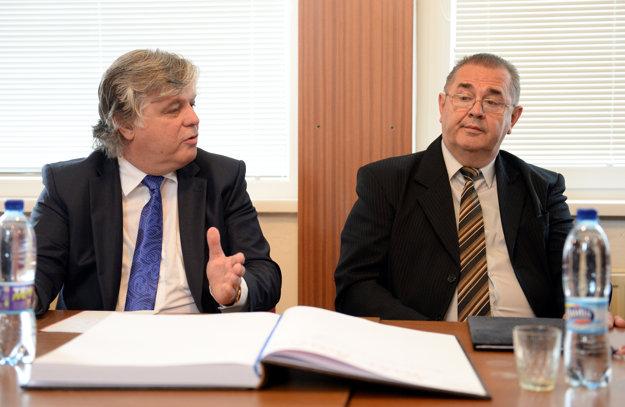 Zľava zástupca Združenia zamestnávateľov v Rade vlády SR pre odborné vzdelávanie a prípravu Július Hron a riaditeľ SOŠ automobilovej Jozef Eperješi.