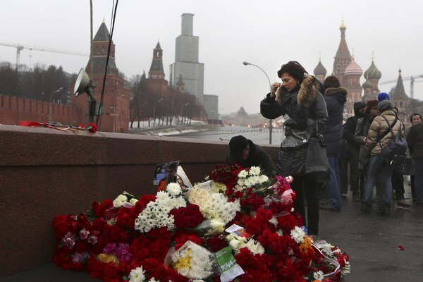 Kvety na mieste vraždy neďaleko Kremľa.