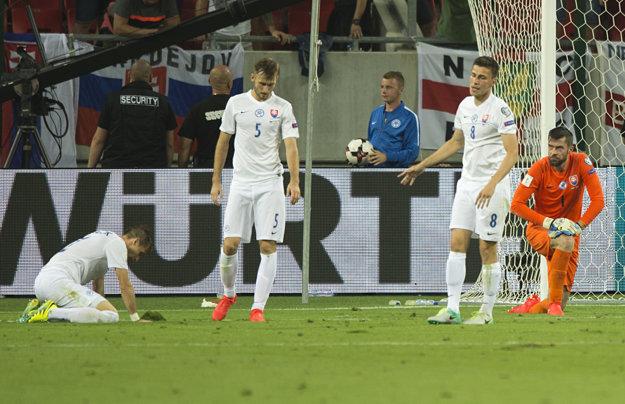 Filip Kiss (tretí zľava) smúti so spoluhráčmi po inkasovanom góle v nadstavenom čase.