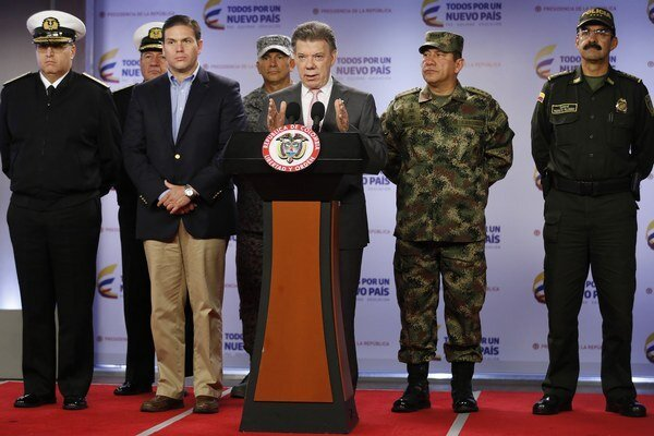 Prezident Juan Manuel Santos (pri pulte) hovorí o útoku na povstalcov.