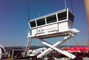 Mobilná letisková veža.