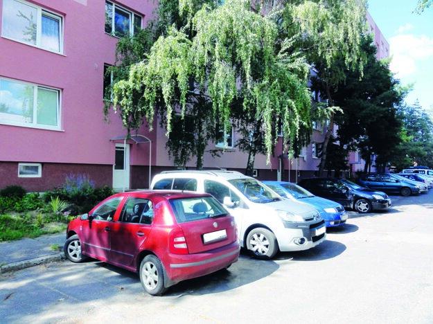Parkovanie pred panelákmi začína byť v Moravciach kritické.