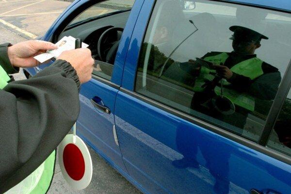Policajti pokračujú v kontrolách na cestách.