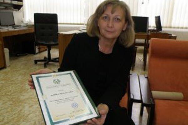 Riaditeľka múzea Iveta Géczyová ukazuje najnovšie ocenenie.
