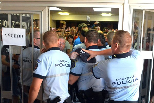 Búrlivé júnové zastupiteľstvo. Štátna polícia radí mestskej polícii prijať také opatrenia, aby kpodobnej situácii nedošlo.