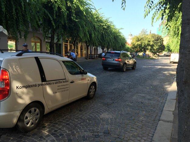 Autá mimo zásobovania a domácich vjazdom na námestie riskujú pokutu.