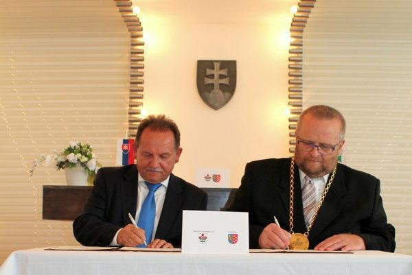Podpísanie zmluvy primátora Petra Bulíka a za poľské mesto primátor Edward Maniura.