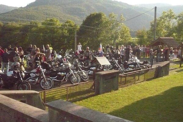 Sprievodu Partizánskou dolinou sa zúčastnilo približne 40 motoriek.
