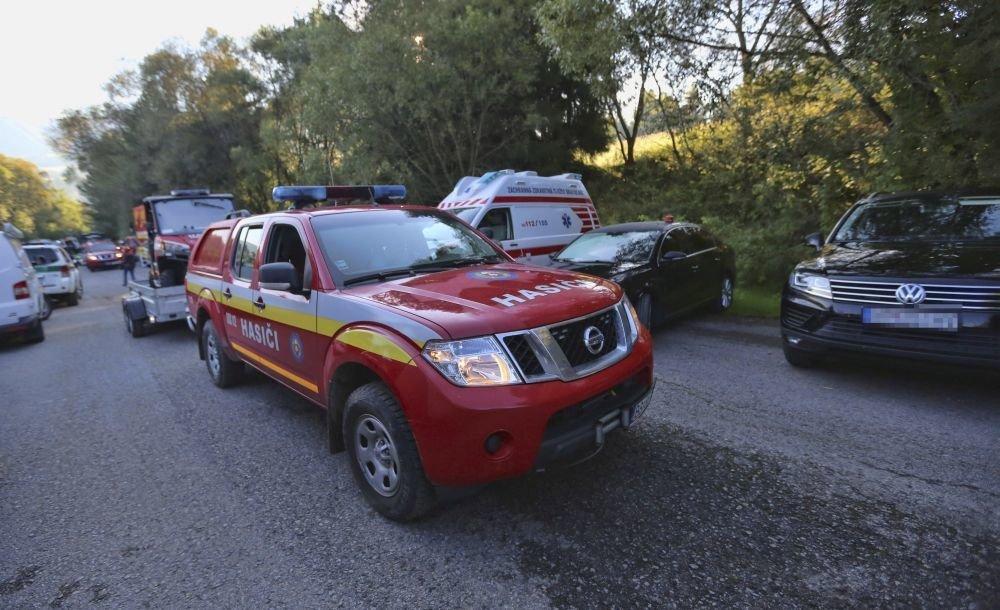 Krízový záchranný štáb v blízkosti futbalového ihriska v obci Strelníky.