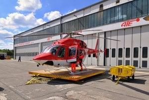 Nový vrtuľník Vrtuľníkovej záchrannej zdravotnej služby Air-Transport Europe Bell 429 pred hangárom na letisku Poprad-Tatry.