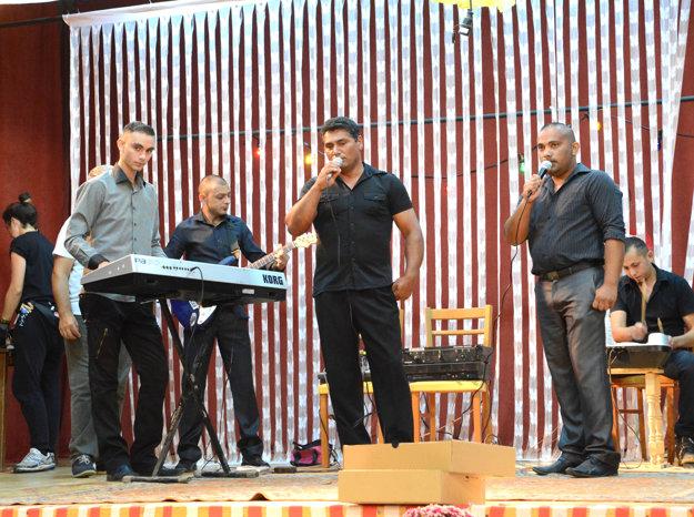 Nič naoko. Originálna bola aj rómska kapela na pódiu.