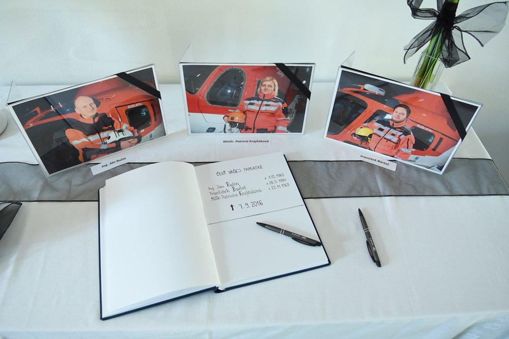 Kondolenčná kniha a fotografie posádky vrtuľníka v centrále spoločnosti Air - Transport Europe v Poprade.