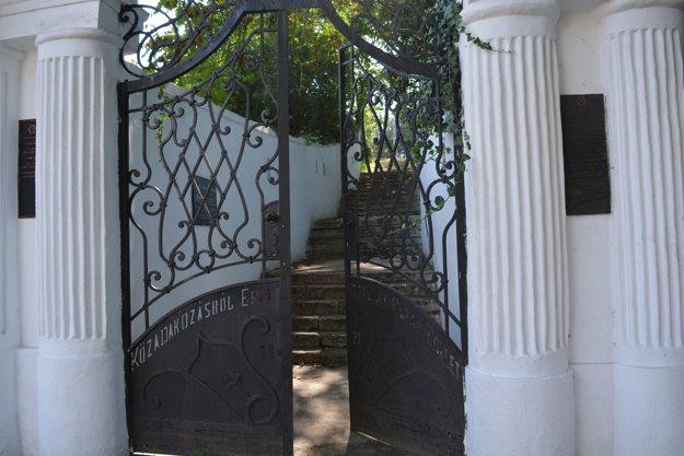 Reprezentačný vchod s dvojkrídlovou bránou z roku 1923.