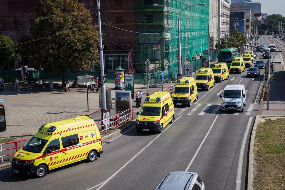 Spoločnosť Falck Záchranná sa rozhodla uctiť si pamiatku obetí tragickej nehody záchranárskeho vrtuľníka symbolickým gestom - spanilou jazdou nových sanitiek.