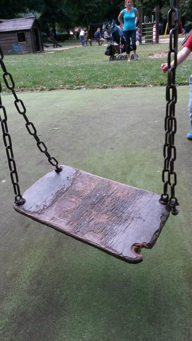 A takto vyzerajú v parku v krajskom meste hojdačky.