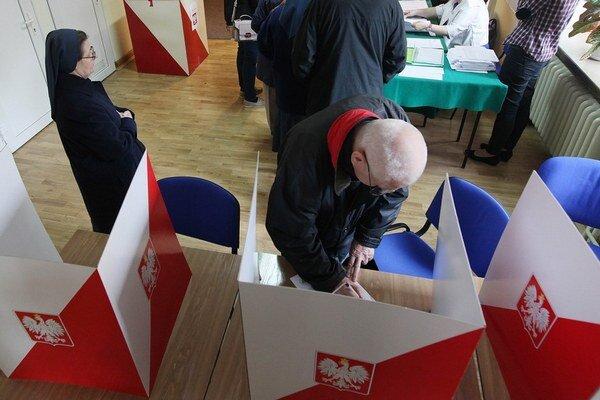 Poliaci volia v prvom kole prezidentských volieb.