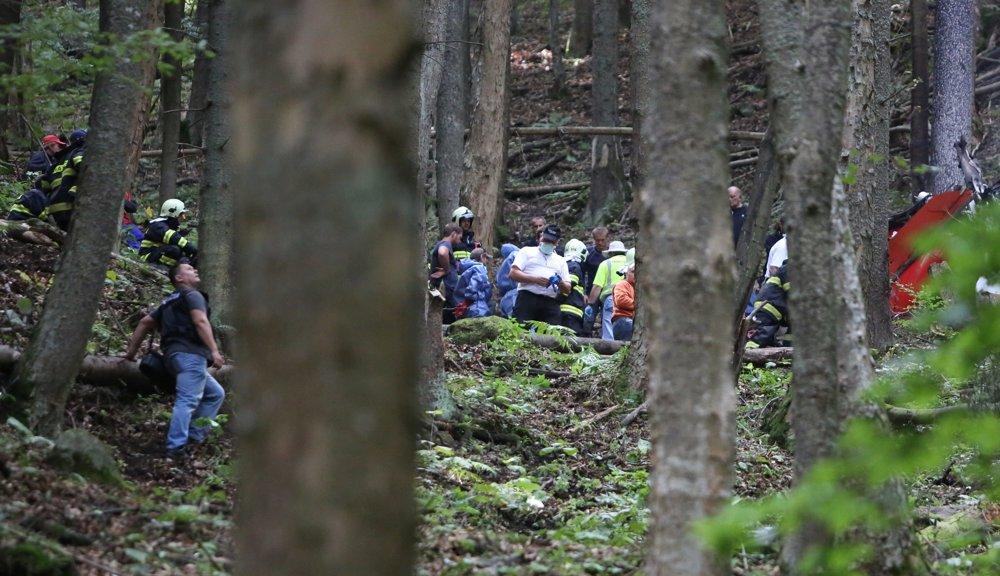 Záchranári, hasiči a vyšetrovatelia pri troskách v horách päť kilometrov od obce Strelníky.