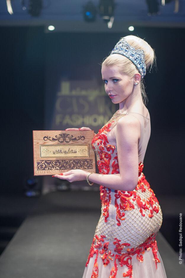 Na fotografii s poslednou špeciálnou cenou za prínos turizmu. Získala ju v Maroku počas festivalu turizmu a módy. Oblečené má šaty od arabskej návrhárky Mona Al Mansouri.