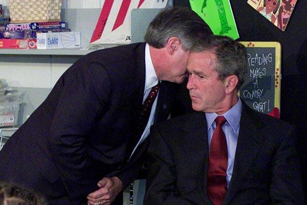 Americký prezdient George W. Bush vyzeral spočiatku zmätene. Tento moment z neho urobil vojnového lídra.