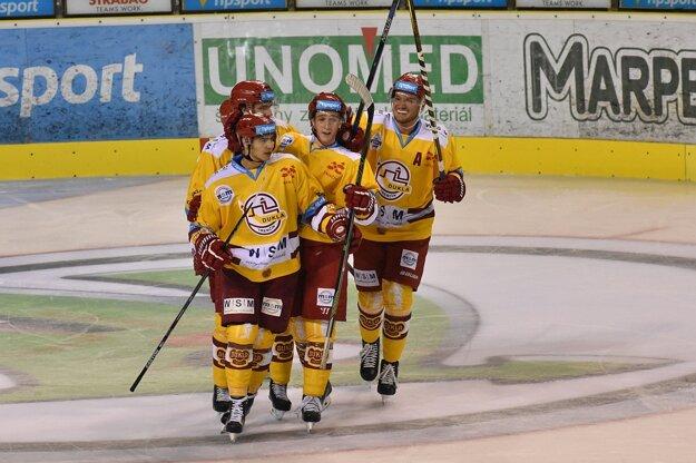 Na snímke hráči Dukly Trenčín, ktorí sa tešia z prvého gólu v bráne MHC Martin, ktorý strelil Ján Pardavý (prvý zľava).