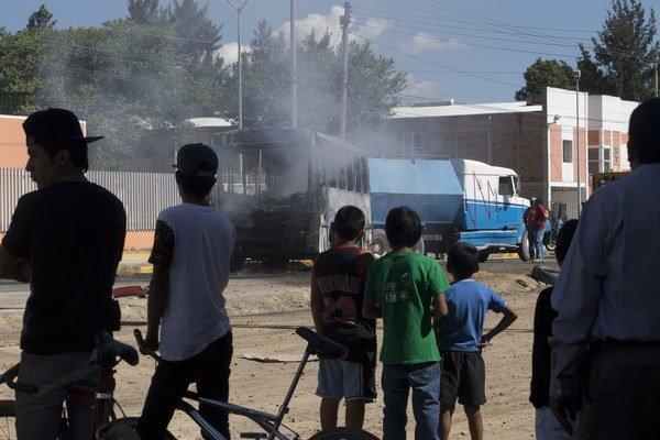 Najmenej sedem ľudí prišlo v noci na sobotu o život pri zásahu armády a polície proti drogovému kartelu v štáte Jalisco na západe Mexika.