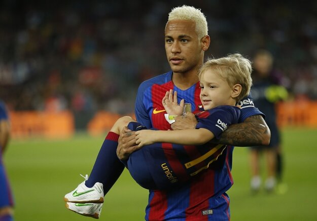 Po Messim zmenil farbu vlasov aj Neymar. Pred zápasom bol na ihrisku aj so svojím synom.