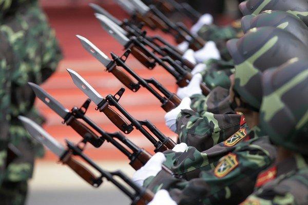 Bajonety pripevnené na hlavne pušiek vojakov počas prehliadky.
