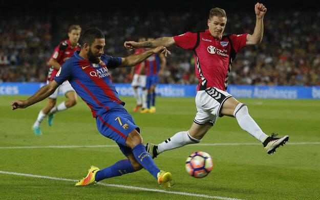 Arda Turan z FC Barcelona (vľavo) a hráč Alavesu Raul Garcia.