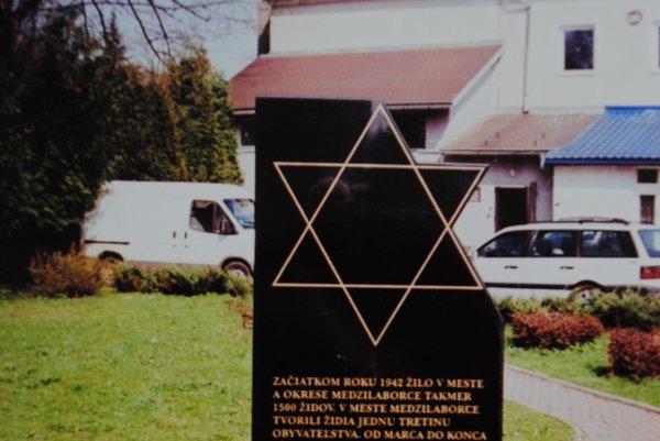 Pomník obetiam holokaustu. V centre Medzilaboriec.
