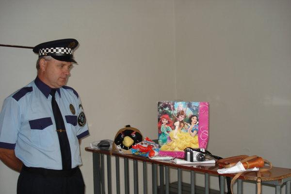 Zástupca náčelníka mestskej polície Andrej Boroň. Predstavuje nájdené predmety, nachádzajúce sa na polícii vSpišskej Novej Vsi.
