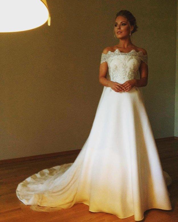Princezná. Romantické šaty v štýle monackej kňažnej Grace Kelly ušil Boris Hanečka, ktorý zhotovil aj frak pre ženícha.