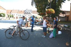 Burza na Námestí baníkov. Potenciálny záujemca si skúša starý bicykel.
