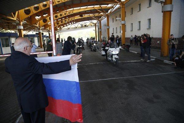 Ruskí motorkári prechádzajú cez bielorusko-poľskú hranicu.