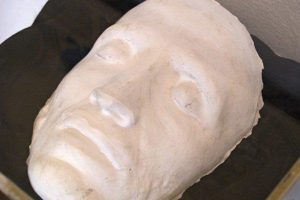 Posmrtná maska A. S. Puškina vSlovanskom múzeu vBrodzanoch.
