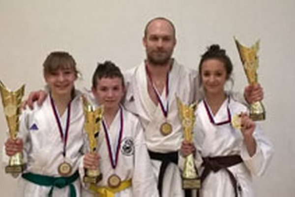 Úspešní pretekári z karate klubu Kumade Topoľčany.