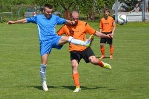Martin Michalík (v modrom) strelil v zápase dva góly.
