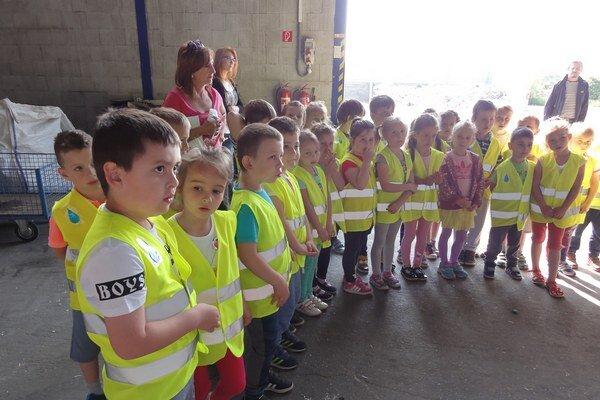 Dotrieďovací dvor navštívili škôlkári.