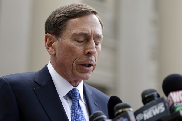 Petraeus v rámci dohody o vine a treste ospravedlnil a priznal k neoprávnenej manipulácii s tajnými informáciami.