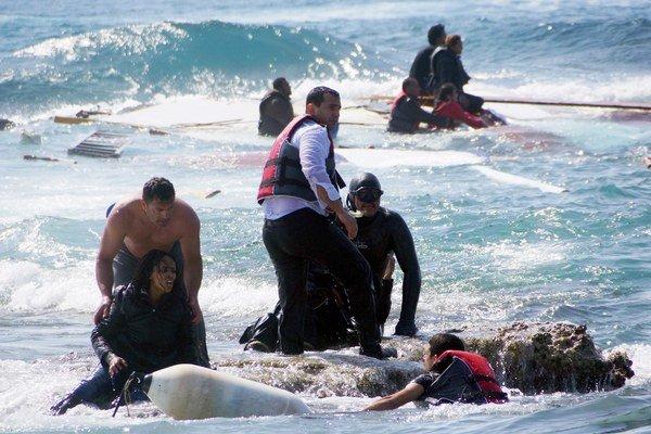 Migrantov v pondelok zachraňovali aj pri gréckom pobreží.