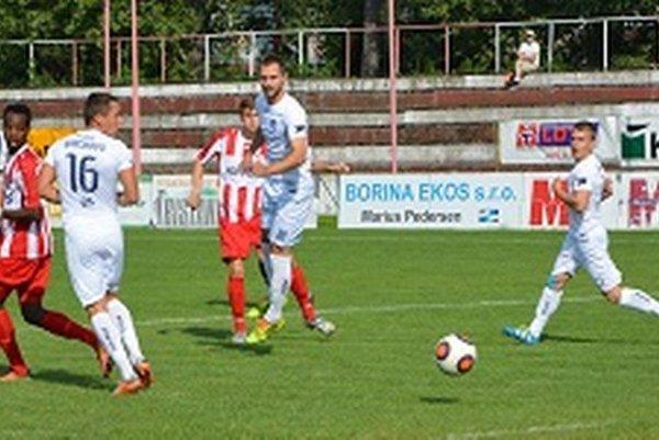 Erik Otrísal po rohovom kope strieľa víťazný gól MFK.