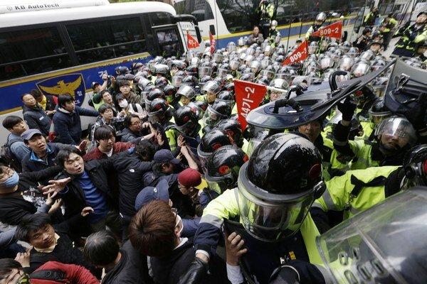 Demonštranti poškodili niekoľko policajných autobusov.