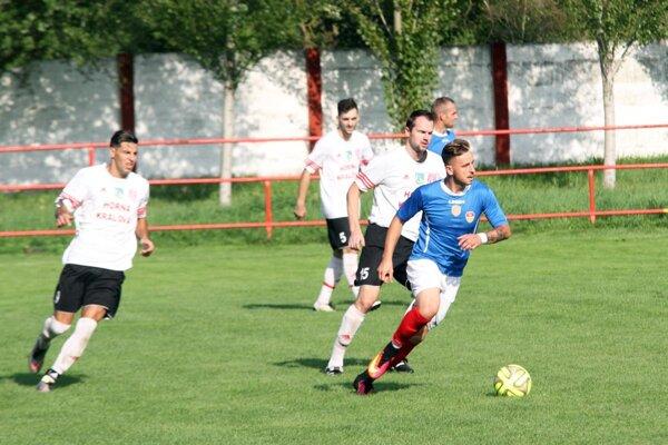 Báb prehrával v Hornej Kráľovej v 12. min. 0:2, ale napokon vyhral 8:2! Štyri góly strelil Marcel Kurej (s loptou).