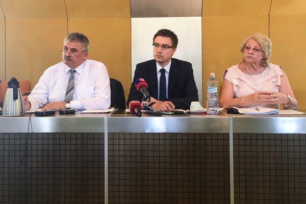 Minister práce Ján Richter, komisárka pre deti Viera Tomanová a generálny riaditeľ Ústredia práce, sociálnych vecí a rodiny Marián Valentovič.